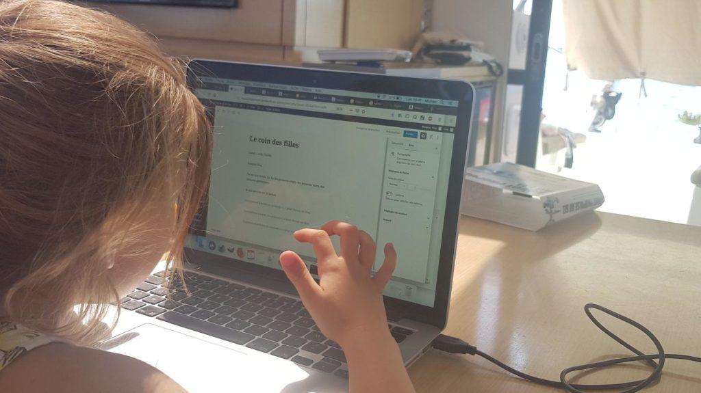 Cécilie écrit à l'ordinateur