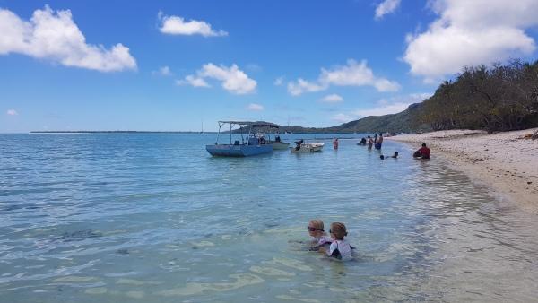 Agathe et Cécilie jouent sur la plage de Maupiti