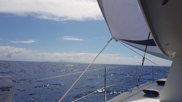 Bora-Bora au loin en navigation